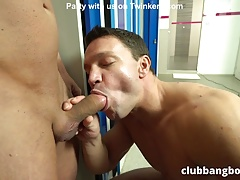 Twinkerd.com Bareback fuck in a public gym locker room